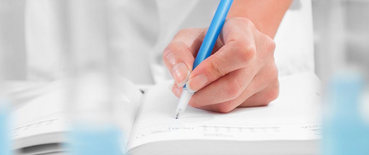 Ερευνητής Σημείωσε δεδομένα στο σημειωματάριό του