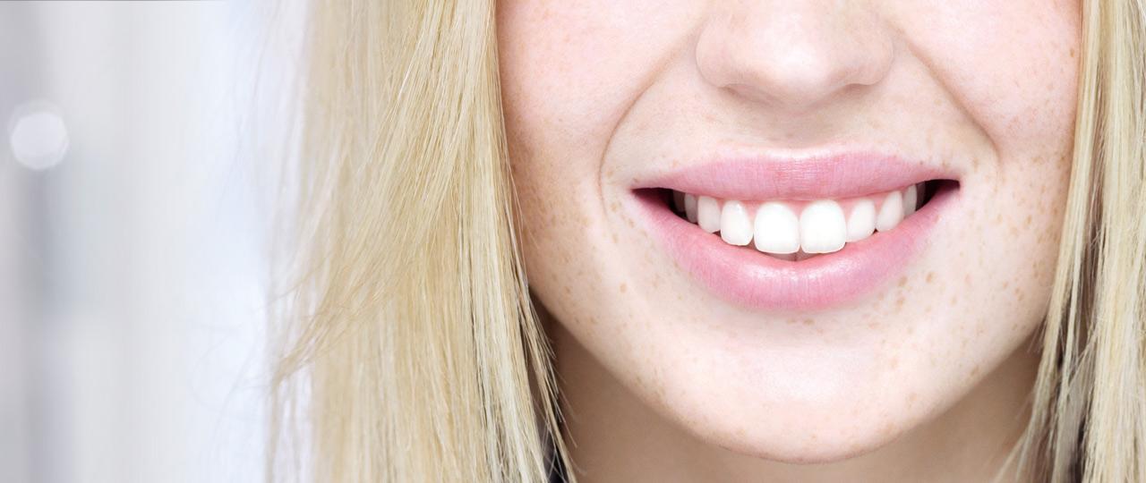 Η Zendium είναι φιλική προς το στόμα - Μια γυναίκα που χαμογελά